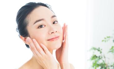 化粧水をつける